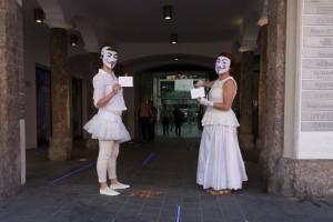 Botinnen überbringen Wortspenden ins Innsbrucker Rathaus
